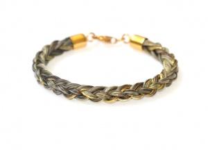 Armband geflochten mit einzeln eingeflochtenen Goldfäden und einem vergoldeten Echtsilberverschluss