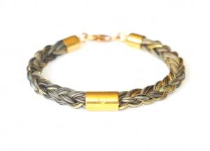 Armband geflochten mit einem kurzen vergoldeten Echtsilbergravurröhrchen und einzeln eingeflochtenen Goldfäden