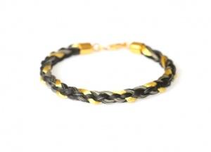 Armband geflochten mit einer einer eingeflochtenen Goldsträhne und einem vergoldeten Echtsilberverschluss