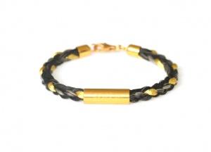 Armband geflochten mit einem langen vergoldeten Echtsilbergravurröhrchen und einer eingeflochtenen Goldsträhne